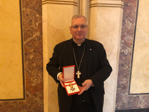 Großes Goldenes Ehrenzeichen für Militärbischof Freistetter
